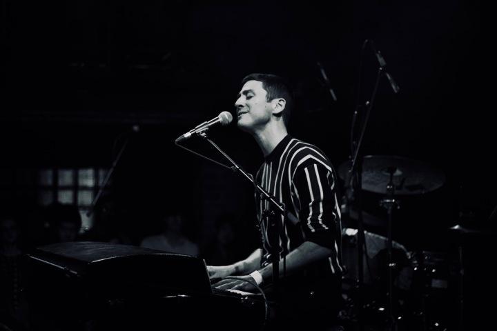 Joey Dosik Live